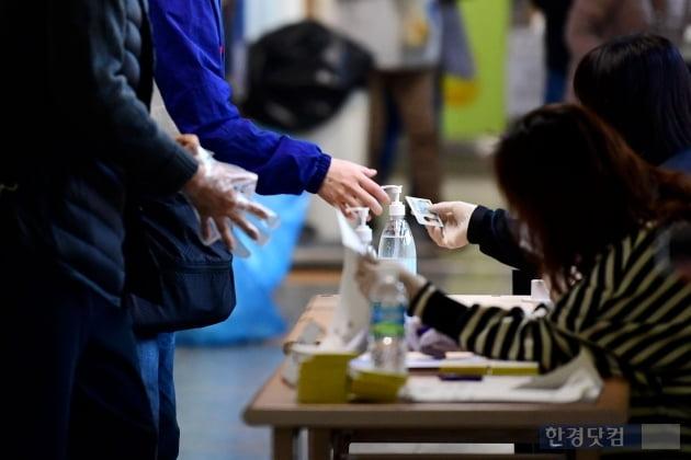 [포토] 일회용 장갑 받아들고 투표소로