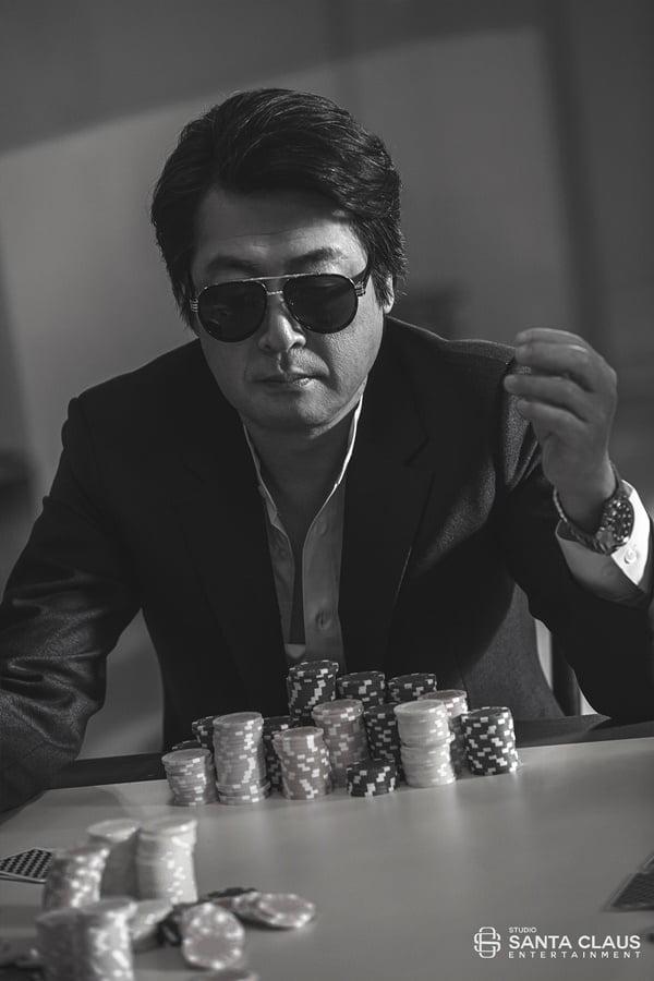김윤석, 아이유 `COIN` 뮤직비디오 출연 비하인드 공개…'강렬 포스부터 남다른 무게감까지'