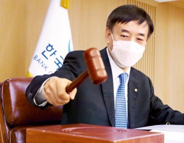 한국은행 금융통화위원회가 25일 기준금리를 연 0.5%로 또 동결했다. 이주열 한은 총재가 이날 금통위 본회의를 주재하며 의사봉을 두드리고 있다.  한국은행 제공