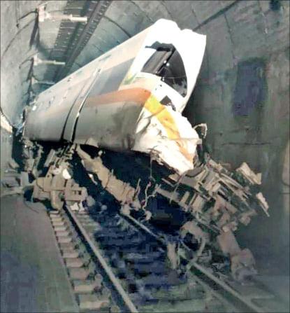 [포토] 대만 터널서 열차 탈선…최소 50여명 사망