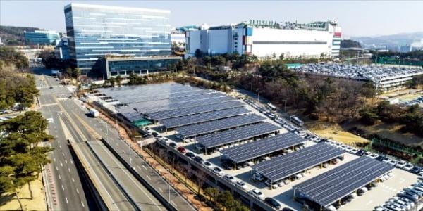 삼성전자 기흥캠퍼스 주차타워에 설치된 태양광 발전 시설.  삼성전자 제공