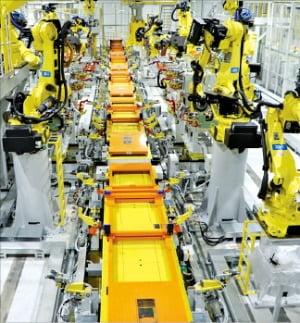 광주글로벌모터스 공장에서 조립 로봇들이 시험 생산을 위해 대기하고 있다.  광주글로벌모터스 제공