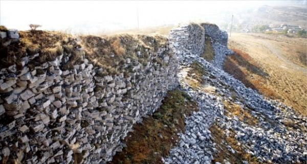 고구려의 요동지방 산성인 백암성. 튀르크(돌궐)와 전투를 벌인 곳이다.