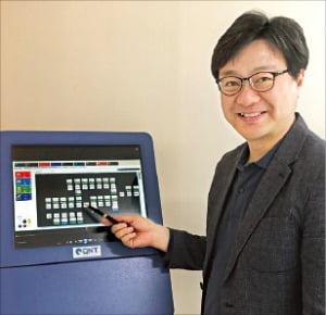 김재은 큐엔티 대표가 자체 개발한 큐-로봇 솔루션에 대해 설명하고 있다.  /하인식 기자