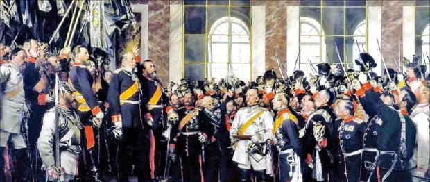 1871년 1월 18일 프랑스 베르사유궁전 '거울의 방'에서 열린 빌헬름 1세의 황제(카이저) 즉위식은 당대는 물론 후대에도 독일제국의 창건을 상징하는 순간으로 여겨졌다. 가운데 흰옷을 입은 이가 비스마르크다.