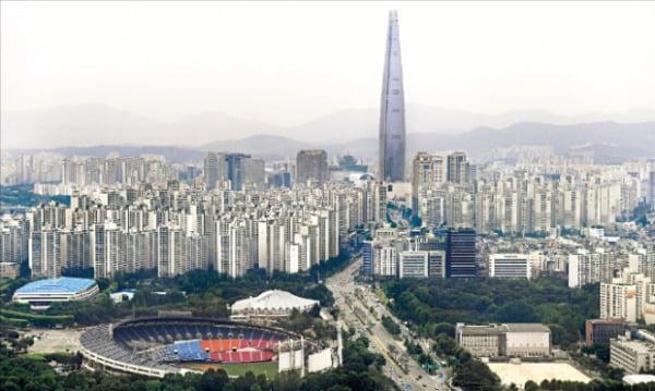오세훈 서울시장 취임으로 토지거래허가구역에서 풀릴 것이라는 기대가 커지고 있는 송파구 잠실동 일대 아파트 단지.  한경DB