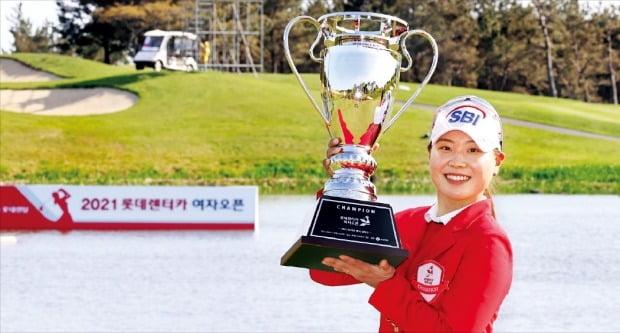 """< """"내년 LPGA 롯데챔피언십 출전권 땄어요"""" > '완도 소녀' 이소미가 11일 열린 한국여자프로골프(KLPGA)투어 2021시즌 개막전 롯데렌터카 여자오픈에서 최종합계 6언더파를 쳐 우승을 차지한 뒤 자신의 두 번째 우승 트로피를 들고 기뻐하고 있다. 미국여자프로골프(LPGA)투어 진출을 목표로 삼고 있는 이소미는 이번 대회 우승으로 2022년 LPGA투어 롯데챔피언십 출전권도 손에 넣었다.  KLPGA 제공"""