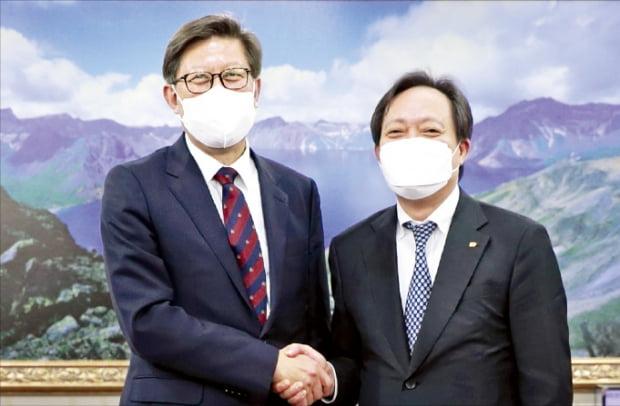 박형준 부산시장(왼쪽)과 장인화 부산상공회의소 회장이 14일 부산상의에서 만나 부산 경제를 재도약시키는 데 힘을 모으기로 했다.  부산상의 제공