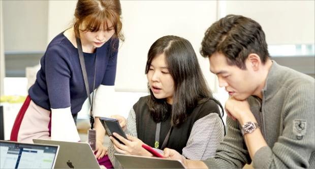 네이버웹툰 북미서비스팀원들이 해외 웹툰 서비스 개선 방향에 대해 논의하고 있다.  네이버웹툰  제공