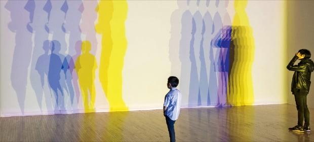 내달 아트부산의 특별전에서 선보일 올라퍼 엘리아슨의 설치작품 '당신의 불확실한 그림자(Your uncertain shadow)'.  아트부산  제공