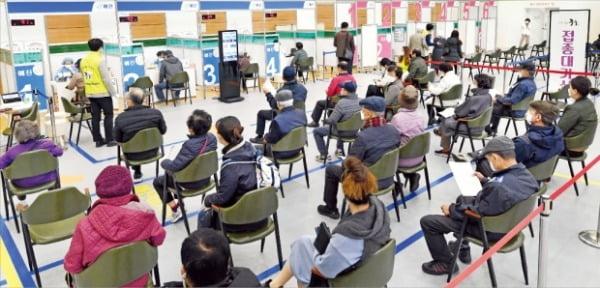14일 서울 중구 스포츠센터에 마련된 코로나19 예방접종센터에서 어르신들이 코로나19 백신을 맞기 위해 기다리고 있다.  허문찬 기자  sweat@hankyung.com