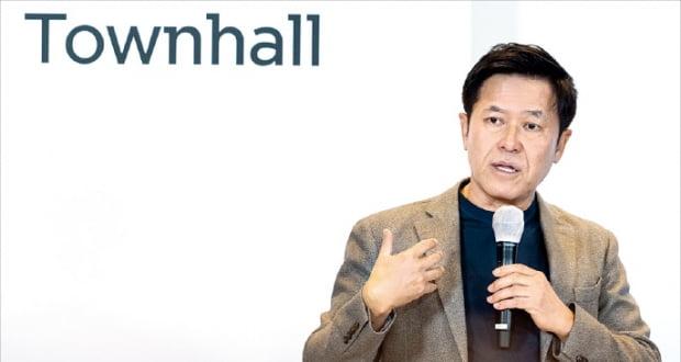 박정호 SK텔레콤 최고경영자(CEO)가 14일 타운홀 형식으로 열린 지배구조 개편 온라인 설명회에서 기업분할안을 설명하고 있다.  SK텔레콤 제공