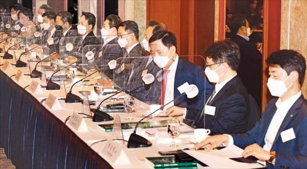 < 진지한 논의 > '대한민국 ESG 경영포럼'에 참석한 자문위원들이 ESG 경영의 걸림돌과 해결 노하우를 공유하고 있다. /김병언 기자 misaeon@hankyung.com
