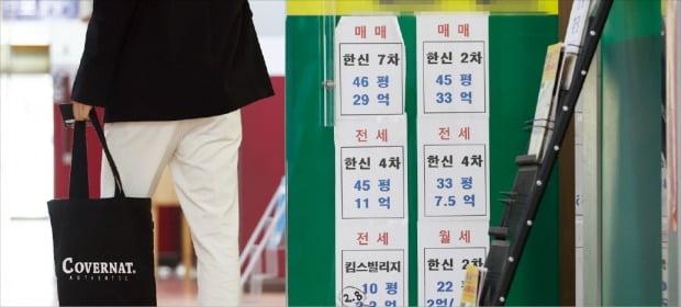 전·월세신고제가 오는 6월부터 본격 시행된다. 15일 서울 서초구의 한 중개업소 앞에 전·월세 시세표가 붙어 있다.  /연합뉴스