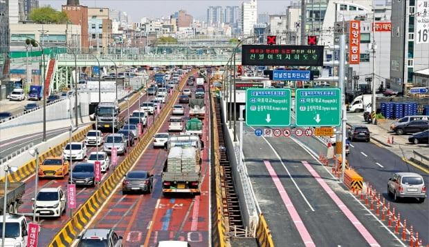 상습 정체 구간인 경인고속도로 신월나들목(IC)과 서울 여의도동 여의대로 및 올림픽대로를 잇는 신월여의지하도로가 16일 0시 개통됐다. 2015년 10월 착공한 이후 5년6개월 만이다.   허문찬  기자 sweat@hankyung.com