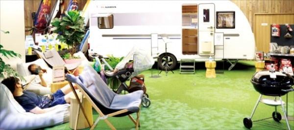 서울 잠실에 있는 롯데하이마트 메가스토어 캠핑존에서 방문객이 휴식을 취하고 있다.   롯데하이마트  제공
