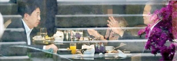 < 조찬 회동 > 김종인 전 국민의힘 비상대책위원장(오른쪽)과 금태섭 전 의원이 16일 서울 소공동 웨스틴조선호텔에서 조찬 회동을 하고 있다.  /김범준 기자 bjk07@hankyung.com