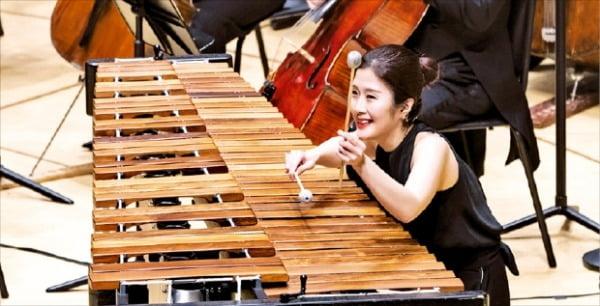 퍼커셔니스트 박혜지가 15일 서울시립교향악단과 협연한 '오스모 벤스케의 시벨리우스' 음악회에서 현대음악 작곡가 페테르 외트뵈시의 '말하는 드럼'을 연주하고 있다. 서울시향  제공