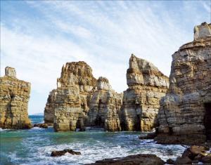 뾰족한 바위가 마치 머리털 같이 생긴 백령도의 두무진
