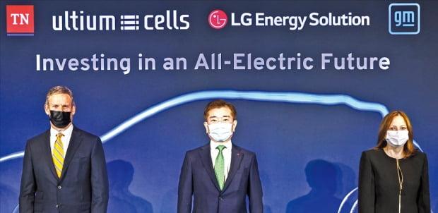 LG에너지솔루션과 GM은 지난 16일 미국 테네시주 내슈빌에 있는 주박물관에서 합작공장 투자 행사를 열었다. 왼쪽부터 빌 리 테네시주 주지사, 김종현 LG에너지솔루션 사장, 메리 배라 GM 회장.   LG에너지솔루션  제공