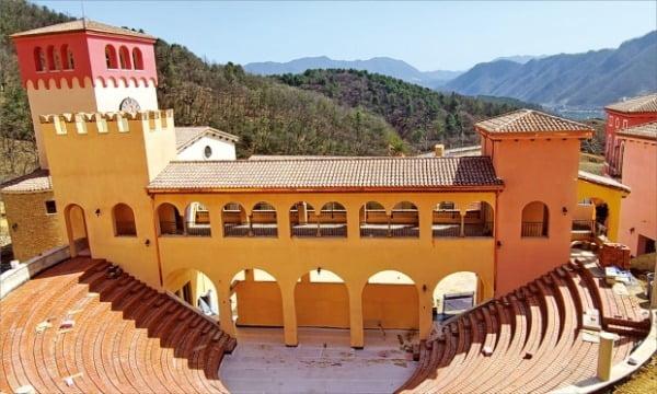 이탈리아 마을 '피노키오와 다빈치'에서 마리오네트 공연 등을 볼 수 있는 500석 규모의 야외 공연장.