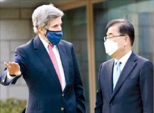 정의용 외교부 장관(오른쪽)이 지난 17일 서울 한남동 공관에서 방한 중인 존 케리 미국 대통령 기후특사와 대화하고 있다.  주한 미국대사관  제공