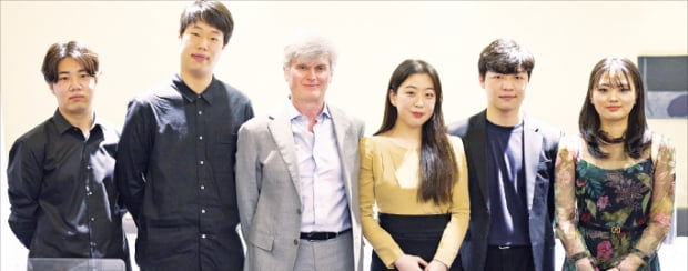 경기필하모닉오케스트라와 함께 베토벤 피아노 협주곡 전곡 연주에 도전하는 피아니트스 선율(왼쪽부터), 박재홍, 지휘자 마시모 자네티, 윤아인, 정지원, 임주희.  경기아트센터 제공