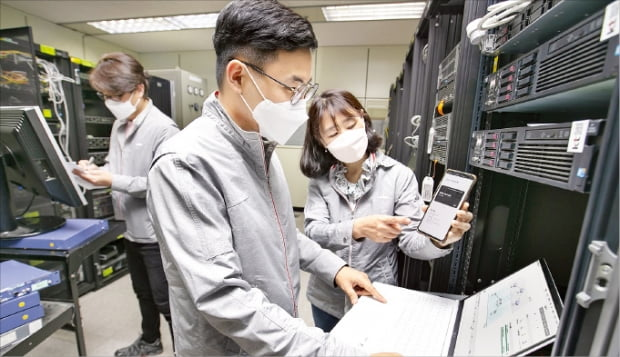 KT가 스마트폰 앱을 통해 양자암호통신 기술을 구현할 수 있는 양자 하이브리드 기술을 개발했다고 20일 밝혔다.  KT 제공