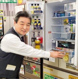 노지마의 최고령 판매왕 사토 다다시 씨가 매장에서 냉장고 특성에 대해 설명하고 있다.   후지사와=정영효 특파원