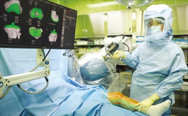 이경훈 인천힘찬종합병원 정형외과 과장이 인공관절 수술 로봇 '마코'를 이용해 수술을 집도하고 있다.  힘찬종합병원 제공