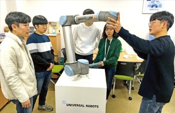 휴스타 로봇 혁신 아카데미에서 교육생들이 로봇 실습교육을 하고 있다.  대구시 제공