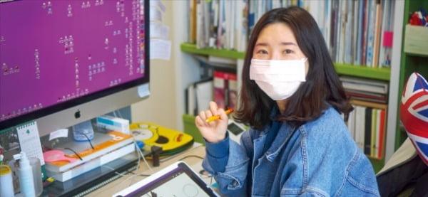 지역주도형 청년일자리사업 덕분에 대구로 귀환해 일하는 김민희 씨가 사무실에서 디자인 작업을 하고 있다.  대구시 제공