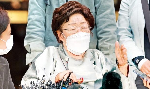 """일본군 위안부 피해자 이용수 할머니가 21일 일본 정부를 상대로 제기한 손해배상 청구 소송 선고 공판이 끝난 뒤 """"피해자들을 두 번 죽이는 판결""""이라며 반발하고 있다.   /연합뉴스"""