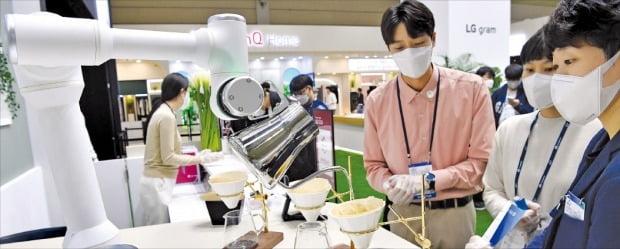 < 바리스타 로봇에 '와우~' > LG전자는  '로봇 브루잉 마스터' 자격증을 받은 클로이 바리스타 로봇을 내세웠다.    /김병언 기자 misaeon@hankyung.com