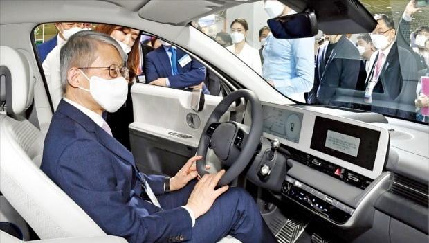 최기영 과학기술정보통신부 장관이 현대자동차의 전기차 아이오닉5에 탑승해 내부를 살펴보고 있다.  /허문찬 기자 sweat@hankyung.com