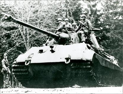 1944년 12월 16일 독일군의 공세 첫날 군인들을 전선으로 실어 나르는 '티거2' 전차.    글항아리 제공