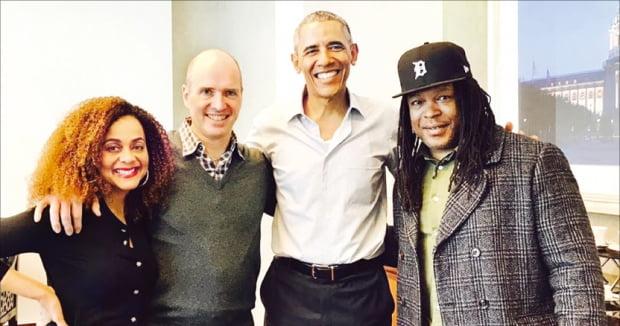갱단 두목 출신의 사회운동가 샤카 상고르(오른쪽)와 자리를 함께한 벤 호로위츠(왼쪽 두 번째)와 그의 아내 펠리시아 호로위츠(첫 번째), 버락 오바마 전 미국 대통령. 상고르는 2010년 교도소에서 나와 베스트셀러 작가이자 출소자의 재활을 돕는 사회운동가로 일하고 있다.  샤카  상고르  페이스북