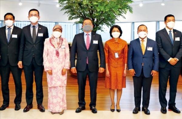 구자열 LS그룹 회장(가운데)이 22일 서울 한강대로 LS용산타워로 아세안 10개국 주한 대사들을 초청해 협력 방안을 논의했다.  LS그룹  제공