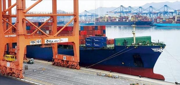 < HMM, 컨선 긴급 투입 > 국내 수출 기업들이 배를 구하지 못해 수출을 포기하는 '2차 화물대란' 조짐이 본격화하고 있다. HMM은 수출기업 지원을 위해 유럽행 4600TEU급 컨테이너선을 긴급 투입하기로 했다. 'HMM 굿윌호'가 25일 부산 신항에서 수출 화물을 싣고 있다.   HMM  제공
