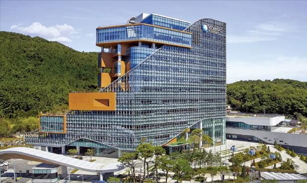한국중부발전은 지역 일자리 창출을 위해 생애주기별 지원 대책을 마련하고 지역 내 일자리 창출에 힘쓰고 있다. 사진은 충남 보령에 있는 중부발전 본사 전경.  중부발전  제공