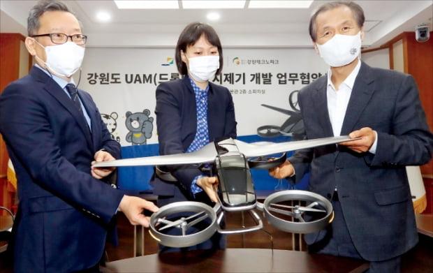 최문순 강원지사(오른쪽)가 디스이즈엔지니어링과 도심항공교통(UAM) 시제기 개발을 위한 업무협약을 하고 있다.  강원도  제공