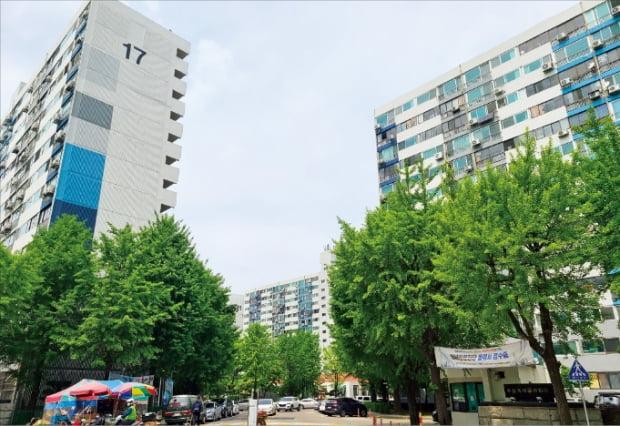 다음달 예비 안전진단 신청을 앞둔 서울 월계동 월계시영 미륭아파트.  하헌형  기자