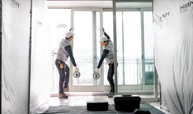 한샘 직원들이 아파트 실내 리모델링 공사를 진행하고 있다.   한샘 제공