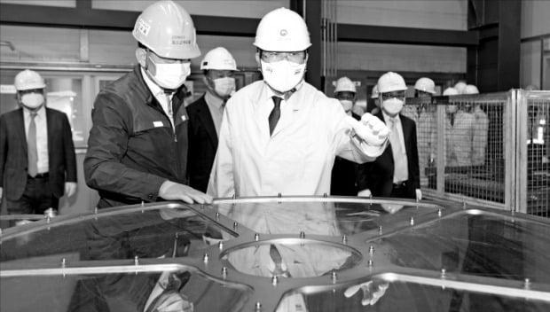 [포토] 2차전지 소재기업 방문한 산업부 장관