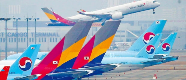 대한항공의 아시아나항공 인수에서는 '마리나'라는 프로젝트명이 화제가 됐다. 인천국제공항 주기장에서 아시아나항공과 대한항공 여객기가 이륙을 준비 중이다. 연합뉴스