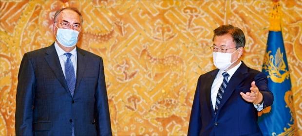 문재인 대통령이 27일 청와대에서 스탠리 어크 노바백스 최고경영자(CEO)를 접견하고 있다.  허문찬 기자