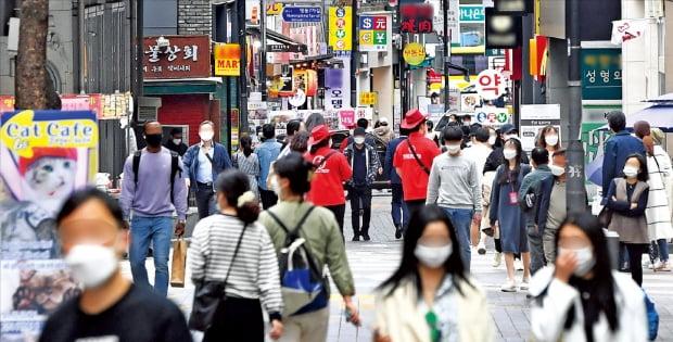 올해 1분기 경제성장률이 민간소비와 설비투자 증가에 힘입어 시장 예상치를 훌쩍 뛰어넘는 1.6%를 기록했다. 27일 시민들이 서울 명동 거리를 거닐고 있다.  김범준  기자