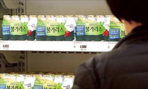 서울의 한 대형마트에서 소비자가 유제품 판매대를 둘러보는 모습.  한경DB