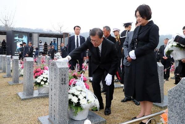 문재인 대통령 내외가 지난해 3월 27일 국립대전현충원에서 열린 제5회 서해수호의날 기념식에 참석한뒤 천안함 피격용사 묘역을 참배하고 있다. 청와대사진기자단