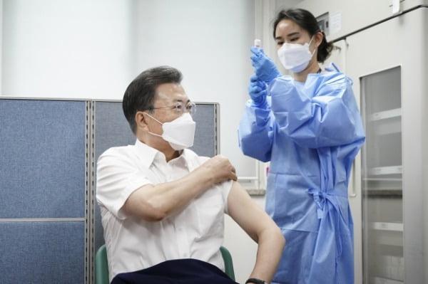 문재인 대통령이 지난달 23일 서울  종로구보건소에서 아스트라제네카(AZ)사의 신종 코로나바이러스 감염증(코로나19) 백신을 맞고 있다. /사진=청와대사진기자단